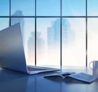 Notebook auf Schreibtisch mit Skyline